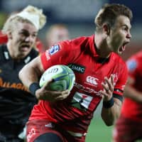 The Sunwolves' Gerhard van den Heever runs to score a try during the team's 30-15 victory over the Chiefs on Saturday in Hamilton, New Zealand. | AFP-JIJI
