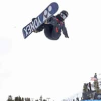 Yuto Totsuka competes in the men's halfpipe finals at the U.S. Grand Prix on Saturday in Mammoth, California. Totsuka finished first with a top run of 95.75 points. | GETTY / VIA KYODO