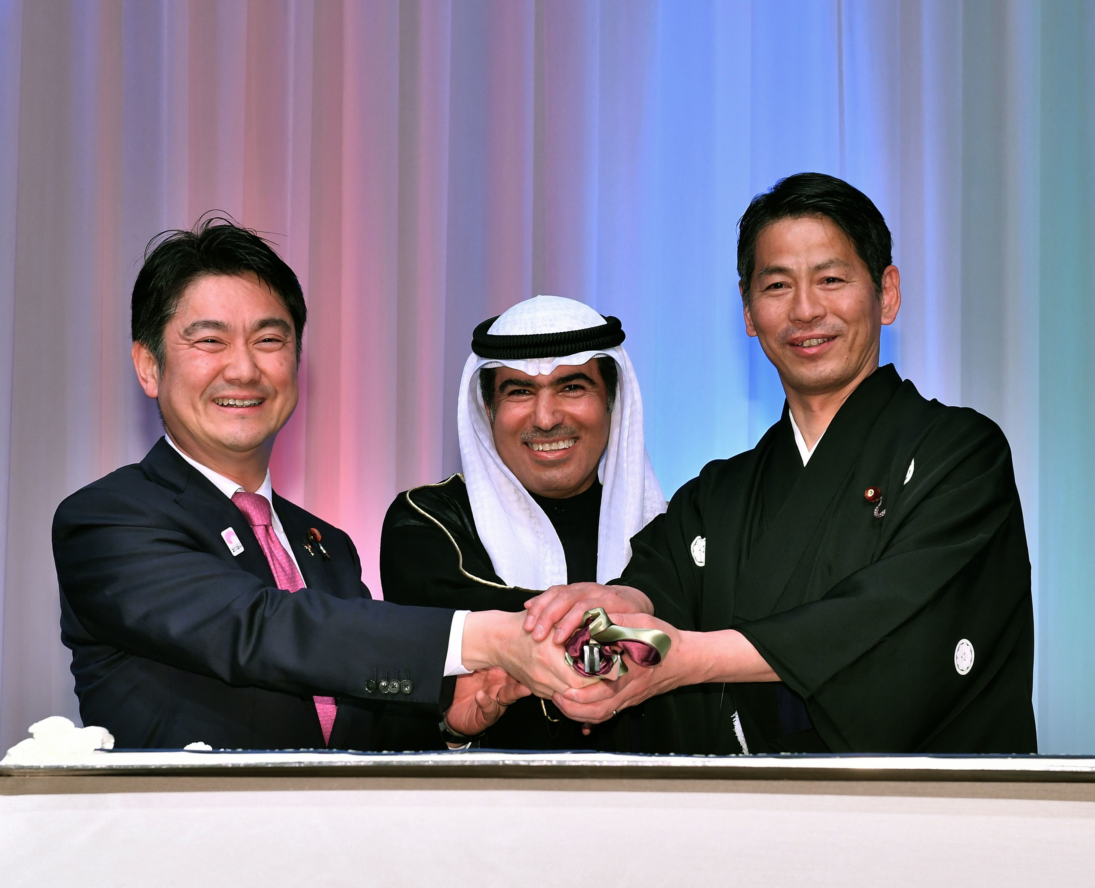 Kuwaiti Ambassador Hasan Mohammad Zaman (center) poses with Justice Minister and Chief Secretary of the Japan-Kuwait Parliamentary Friendship League Takashi Yamashita (left) and Parliamentary Vice-Minister for Foreign Affairs Kenji Yamada during a cake-cutting ceremony to celebrate the 58th national day and 28th independence anniversary of Kuwait at the Palace Hotel Tokyo on Feb. 25. |  YOSHIAKI MIURA