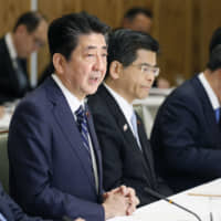 Forty percent of the respondents to a Kyodo News survey said they support Prime Minister Shinzo Abe's approach to amending the Constitution, while over half opposed changes to the top law. | KYODO