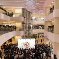 Around 1,000 spectators attend a live painting performance by contemporary artist Miwa Komatsu at Hong Kong's Pacific Place on March 30. | TATSUYA AZUMA