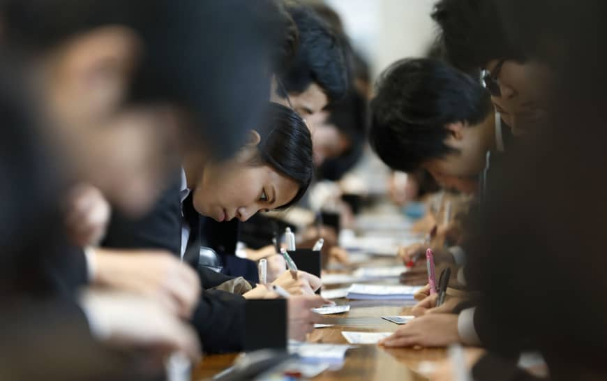 Major firms will begin hiring university graduates year-round under a new Keidanren guideline. | BLOOMBERG