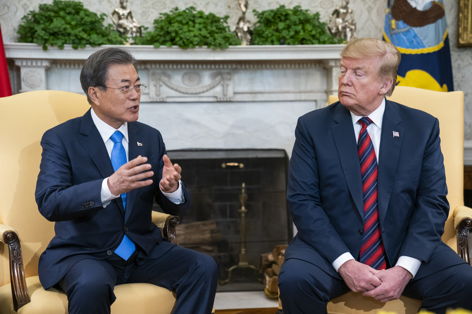 South Korean President Moon Jae-in speaks with U.S. President Donald Trump in the Oval Office of the White House on Thursday. | BLOOMBERG