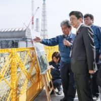 During visit to crippled Fukushima No. 1 plant, Abe gets updated about ongoing reconstruction work