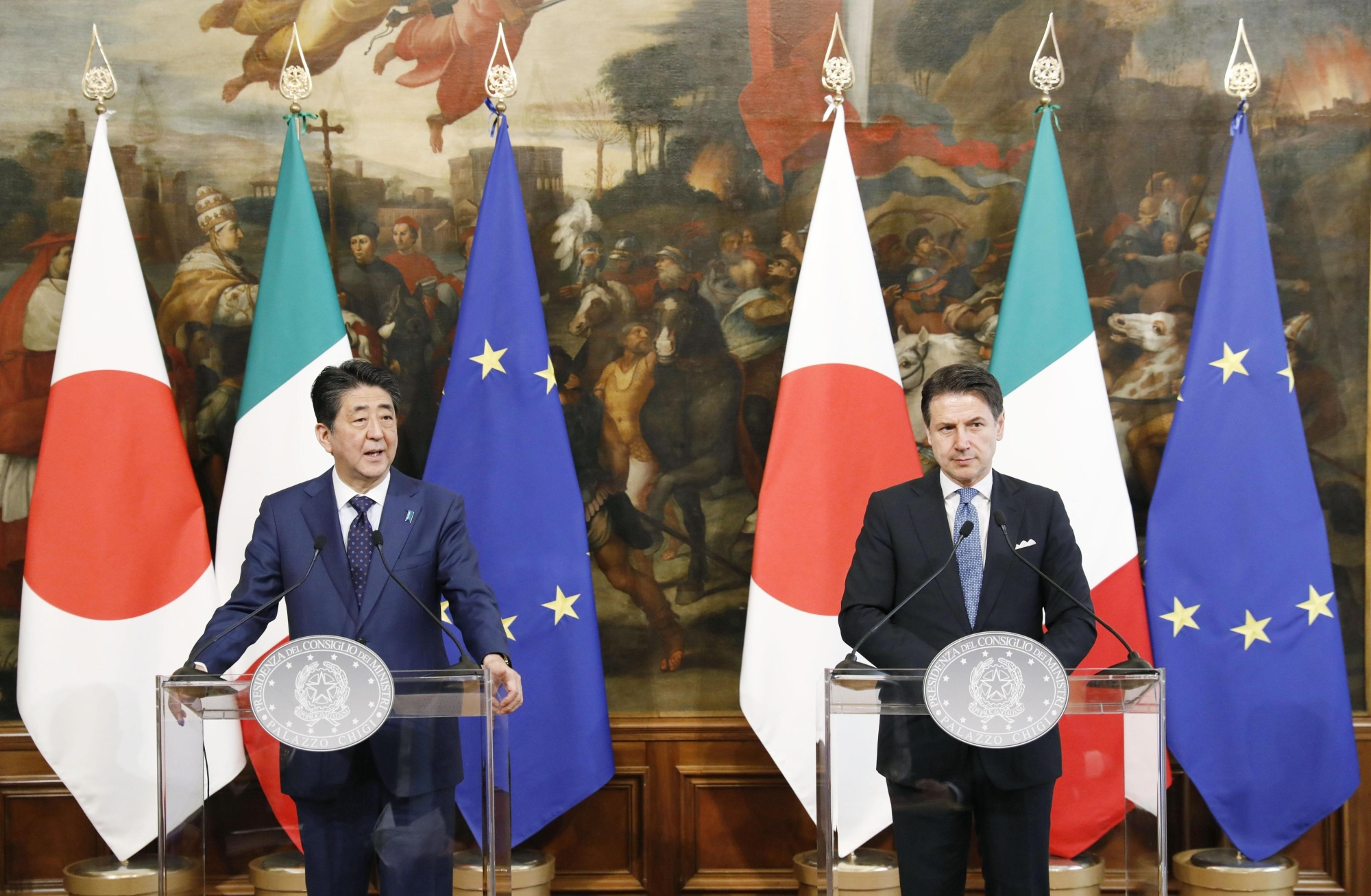 Prime Minister Shinzo Abe and Italian Prime Minister Giuseppe Conte hold a joint news conference in Rome on Wednesday. | KYODO