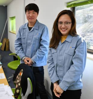 Parnward Manakul (right), a Thai employee at Atom Co., and Son Seung-hyeon, an intern from South Korea, pose for a photo at their office in Tokyo's Hachioji on Jan. 29.