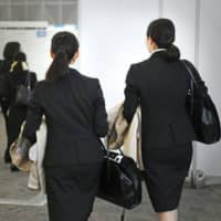 Students looking for jobs commonly contact alumni of their university to gain advice about companies where they are interested in working, often meeting them in person and, in some cases, at bars or restaurants in the evening. | KYODO