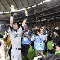 The Seattle Mariners' Ichiro Suzuki acknowledges the crowd at Tokyo Dome after the second game of the season-opening series against the Oakland Athletics on March 21. The star outfielder announced his retirement later that night. | KYODO