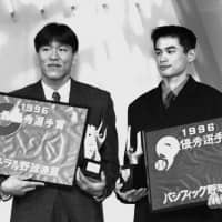 Yomiuri Giants slugger Hideki Matsui (left) and Ichiro, then an outfielder with the Orix BlueWave, pose after being presented the MVP awards for NPB's Central and Pacific leagues, respectively, in October 1996. | KYODO