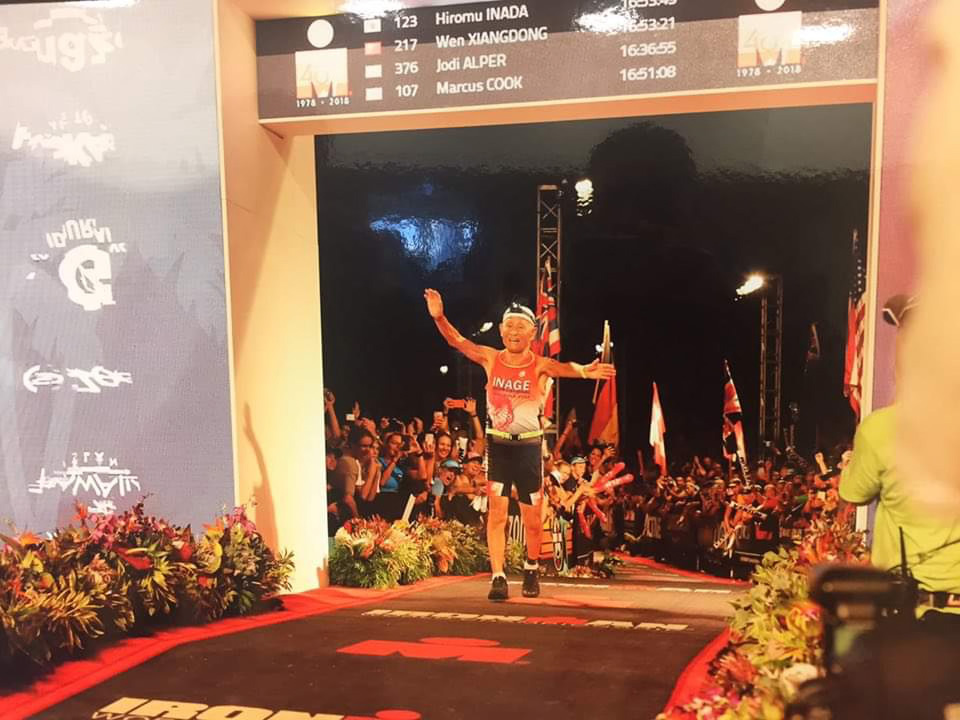 Hiromu Inada competes at the Ironman World Championship in Kailua-Kona, Hawaii, on Oct. 13. At 85, he became the oldest man to finish the race, which consists of a 3.86-kilometer swim, a 180.25-km bike and a full marathon.