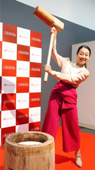 Retired figure skater Mao Asada poses for photos as she prepares to pound steamed rice to make rice cake during an event in Kyoto on Jan. 4, 2018