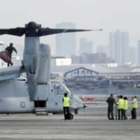 A U.S. Marine Corps MV-22 Osprey makes an emergency landing at Itami airport, which straddles Osaka and Hyogo prefectures, on Monday. | KYODO
