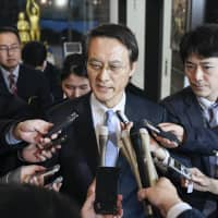 Reporters gather around South Korean ambassador to Japan Lee Su-hoon at the Foreign Ministry in Tokyo in January after he held talks with Japanese officials over the two countries' wartime labor dispute. | KYODO