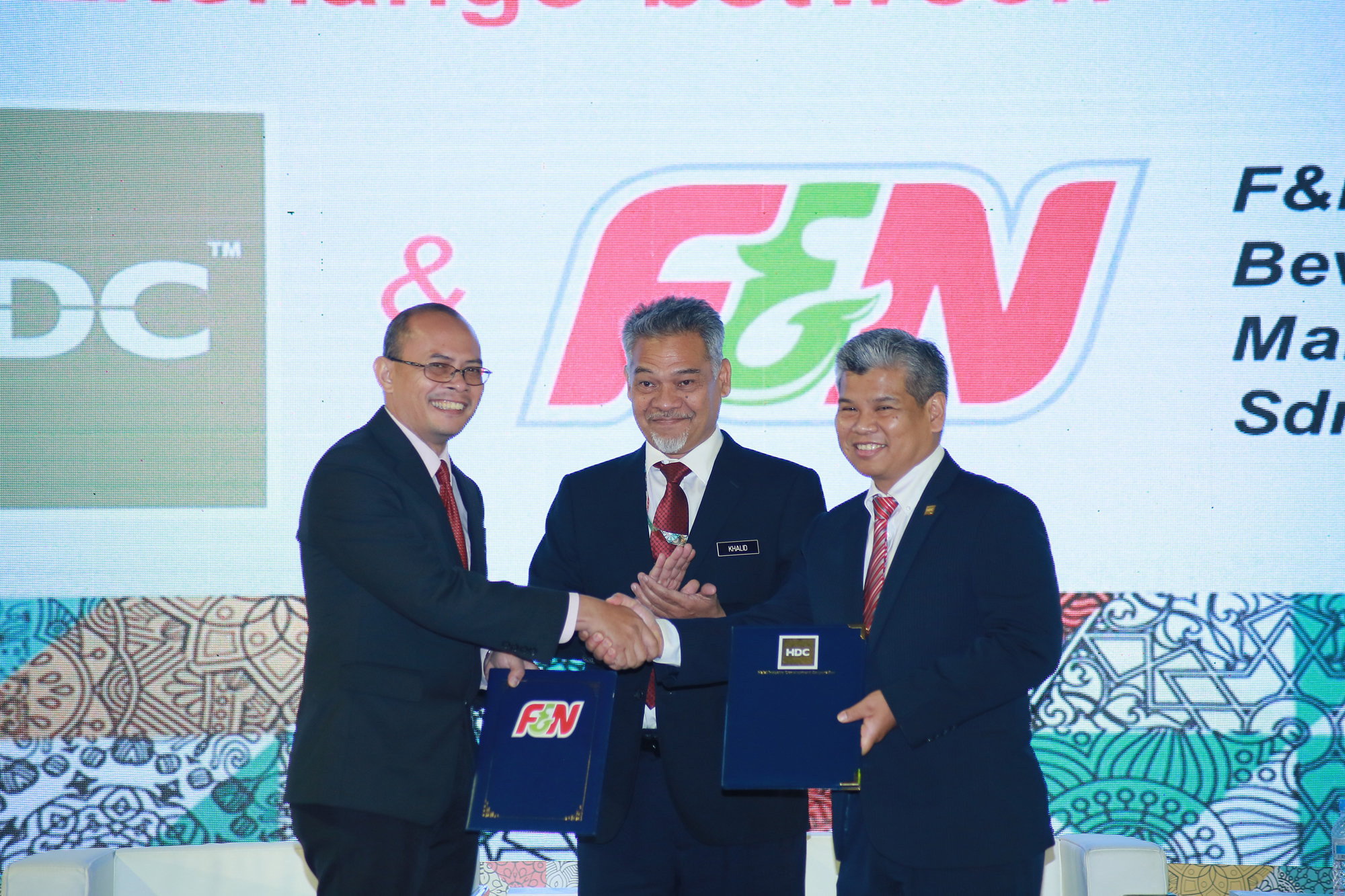 A ceremony between Halal Industry Development Corp. and F&N Beverages Manufacturing Sdn. Bhd., where the two signed a memorandum of agreement. | WHC