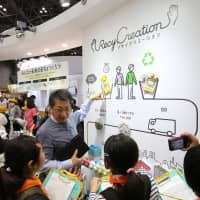 A man explains RecyCreation, an initiative of Kao Corp., to facilitate the younger generation's understanding of  recycling and upcycling. | KAO CORP.