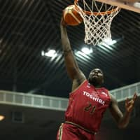 Brave Thunders big man Vernon Macklin, a former Detroit Pistons player, puts up a shot in first-quarter action on Friday. Macklin finished with 13 points and seven rebounds. | B. LEAGUE