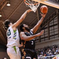 Kanazawa's Randy Reid looks to score inside in the second quarter on Friday against host Nishinomiya in a B.League second-division series opener. The Storks defeated the Samuraiz 84-81.   B. LEAGUE