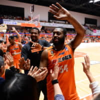 Davante Gardner (right) and Lamont Hamilton interact with Albirex fans after a recent home game. | B. LEAGUE