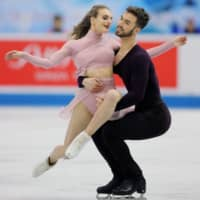 Gabriella Papadakis and Guillaume Cizeron of France perform their free dance on Friday. They captured the ice dance title with a total of 223.13 points.   AFP-JIJI
