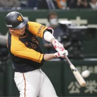 Giants hitters give ace Tomoyuki Sugano a big boost in series-opening win over Swallows
