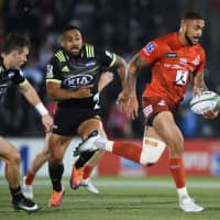 The Sunwolves' Warren Vosayaco runs with the ball during the team's match against the Hurricanes on April 19 at Prince Chichibu Memorial Rugby Ground. | AFP-JIJI