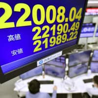 (A monitor at foreign exchange broker Gaitame.com shows the Nikkei stock average falling below 22,000 on Tuesday after a 10-day holiday, hit by renewed concerns over U.S.-China trade tensions.   KYODO