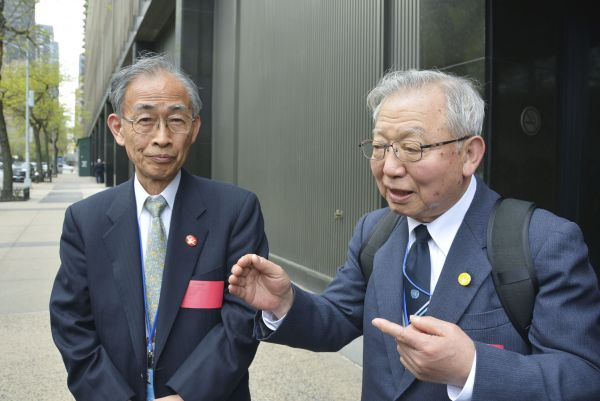 Atomic bomb survivors Jiro Hamasumi (left), assistant secretary-general of the Japan Confederation of A- and H-Bomb Sufferers Organizations, and secretary-general Sueichi Kido speak to reporters in New York on Tuesday. | KYODO