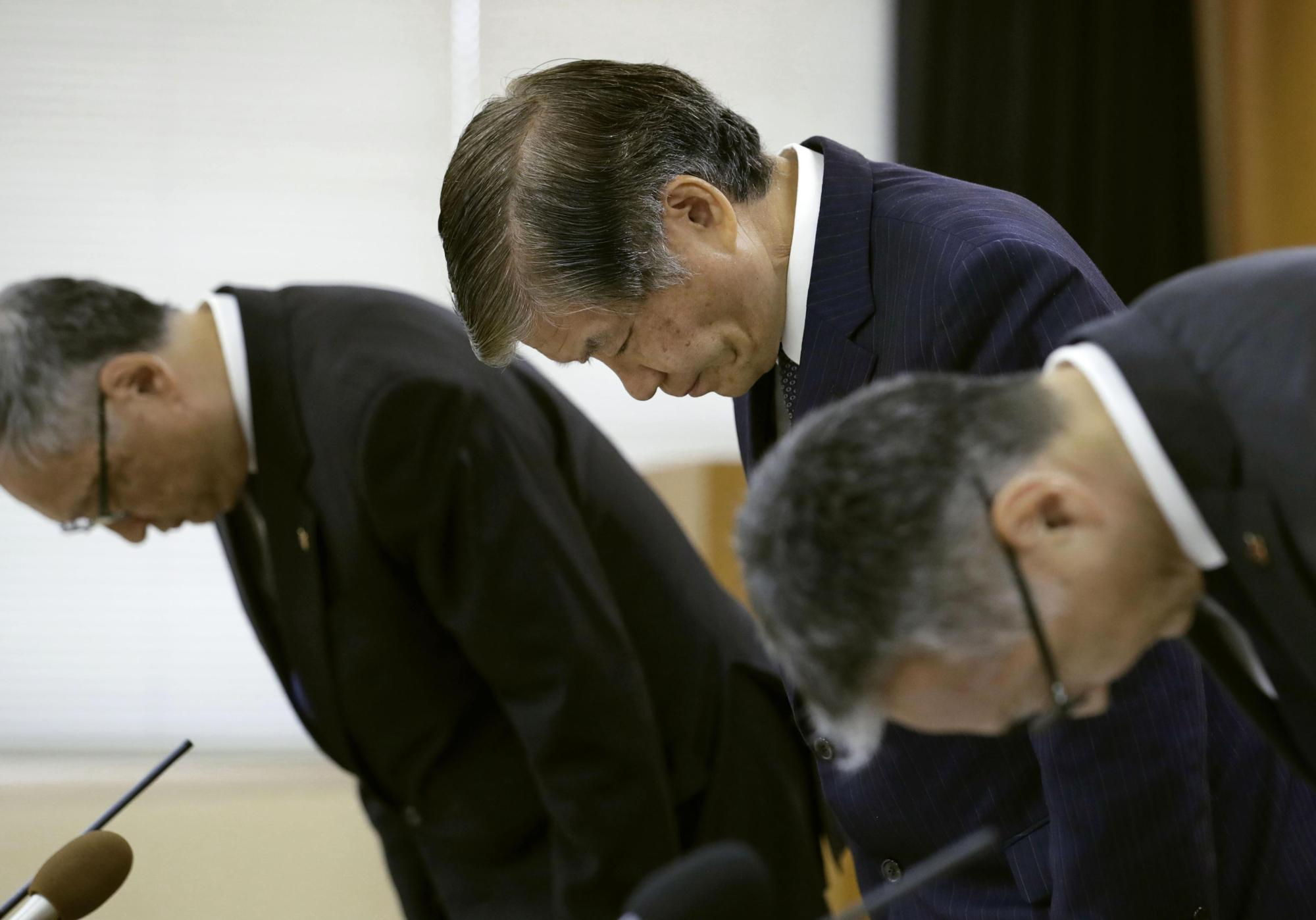 National Cerebral and Cardiovascular Center President Hisao Ogawa (center) apologizes during a news conference in Suita, Osaka Prefecture, on Thursday. | KYODO