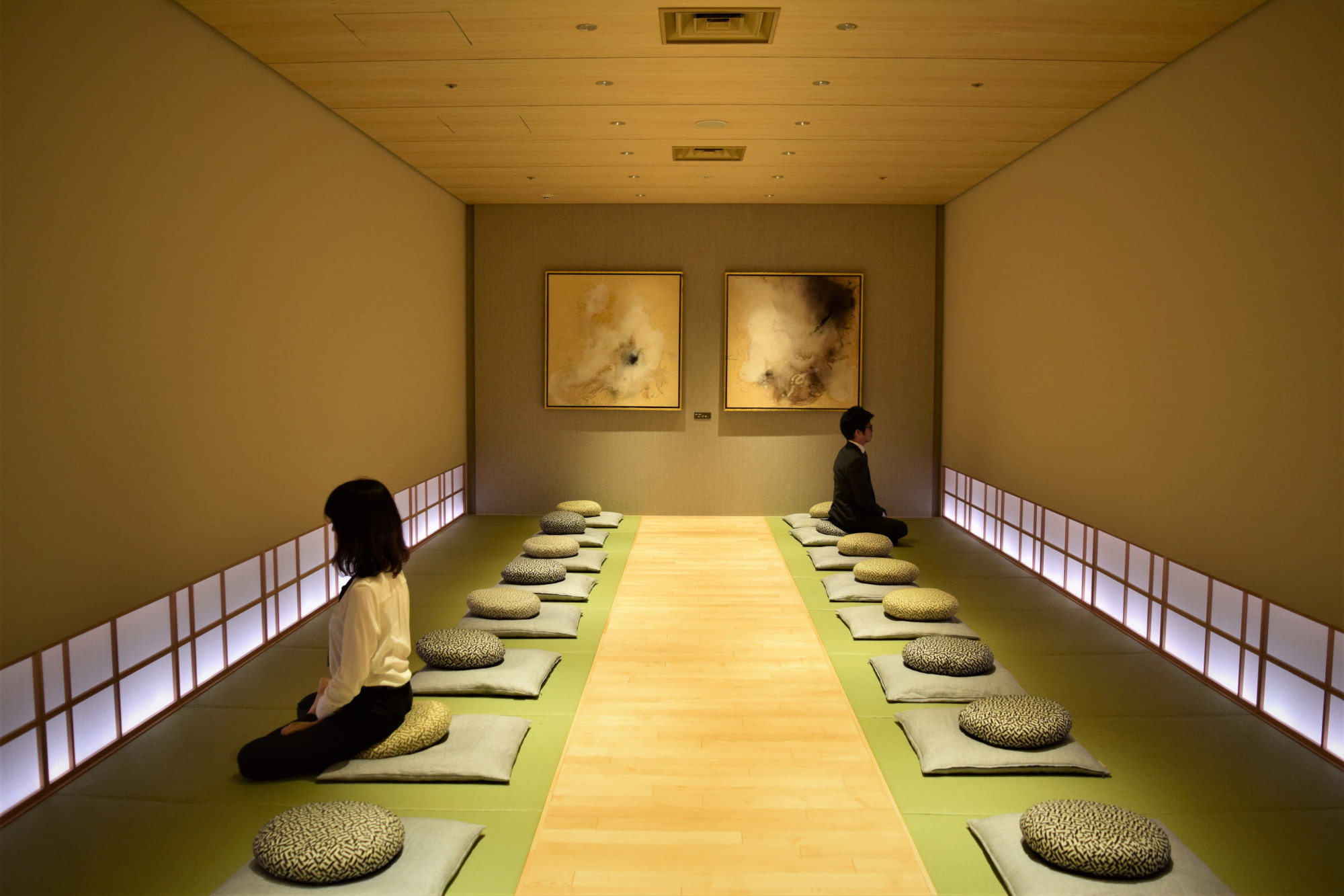Itoki Corp. installed a meditation room fitted with sound and lighting equipment in its office in Tokyo's Nihonbashi district. Yoga and lessons for mindfulness and mental fitness are sometimes held there. | MASUMI KOIZUMI