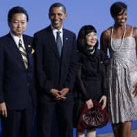 Prime Minister Yukio Hatoyama and his wife, Miyuki, stand alongside U.S. President Barack Obama and first lady Michelle Obama before a Group of 20 summit dinner in Pittsburgh in September 2009. | AP