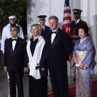 U.S. President Bill Clinton and his wife, Hillary, welcome Prime Minister Keizo Obuchi and his wife, Chizuko, to the White House for a state dinner in May 1999. | AP