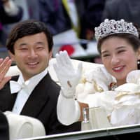 Then-Crown Prince Naruhito and then-Crown Princess Masako wave during their wedding parade on June 9, 1993. | KYODO