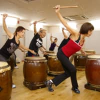Keeping to the beat: A taikobics instructor goes through a routine of drumming and footwork with her students. | TAIKO-LAB