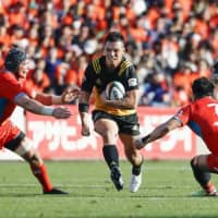 Suntory (in black), Kubota and other Japan Rugby Top League teams face an uncertain future as the Japan Rugby Football Union mulls a radical overhaul of the league's structure in the coming years. | KYODO