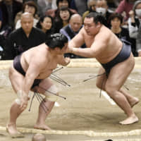 Kakuryu emerges as clear favorite to capture title