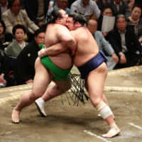 Trio tied for lead at Summer Basho