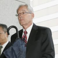 Greg Kelly arrives at the Tokyo District Court for a pretrial proceeding on Monday.   KYODO