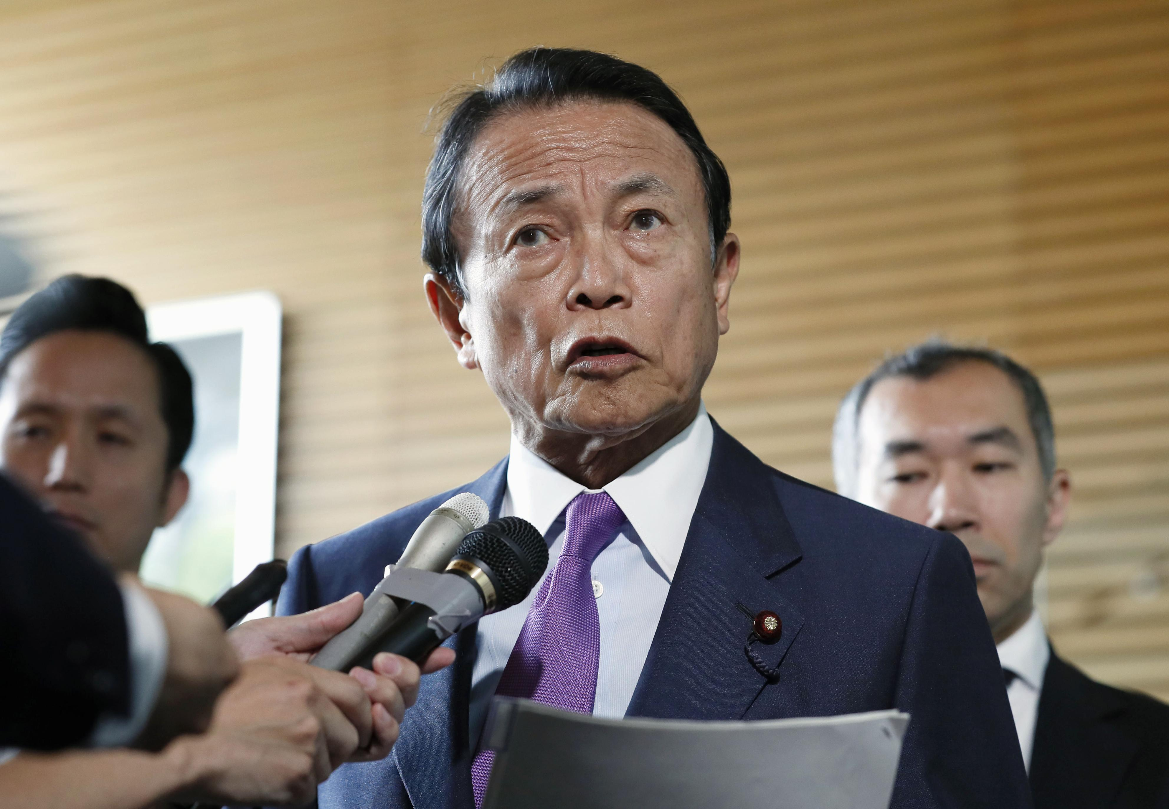 Finance Minister Taro Aso briefs reporters on May 28.   KYODO