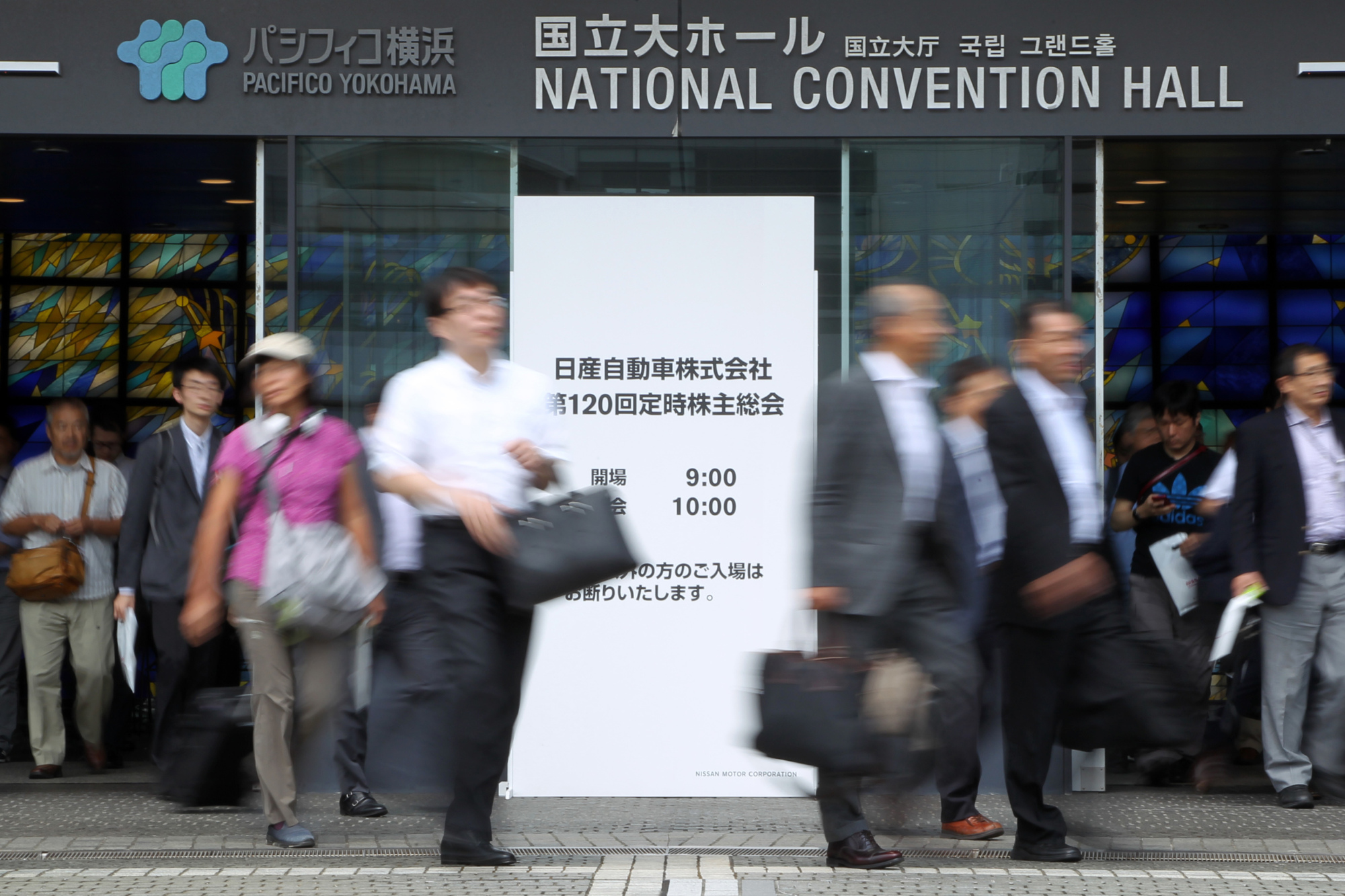 Attendees leave the venue for Nissan Motor Co.'s annual general meeting in Yokohama on Tuesday.   BLOOMBERG