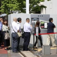 People line up in front of the Chiba District Court on Wednesday to observe the trial where a ruling was handed down on Nagisa Kurihara, the mother of Mia Kurihara, who died in January after being allegedly abused by her father.   KYODO