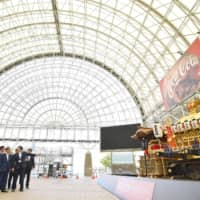 Top local and central government officials, including Chief Cabinet Secretary Yoshihide Suga, visit the Intex Osaka convention center on Saturday, the venue for the Group of 20 summit scheduled for this Friday and Saturday. | KYODO