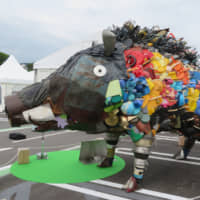 A wild boar art piece made of plastic waste is displayed in front of Karuizawa Station in Nagano Prefecture on June 14 to raise awareness of the issue.   ERIC JOHNSTON