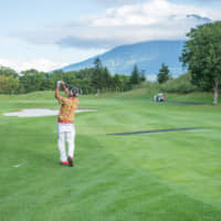 Niseko has many golf courses with stunning views of the surrounding mountains. | NISEKO TOURISM