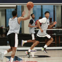 Washington Wizards first-round draft pick Rui Hachimura (right) prepares to receive a pass during a team minicamp on Tuesday in Washington. | KYODO