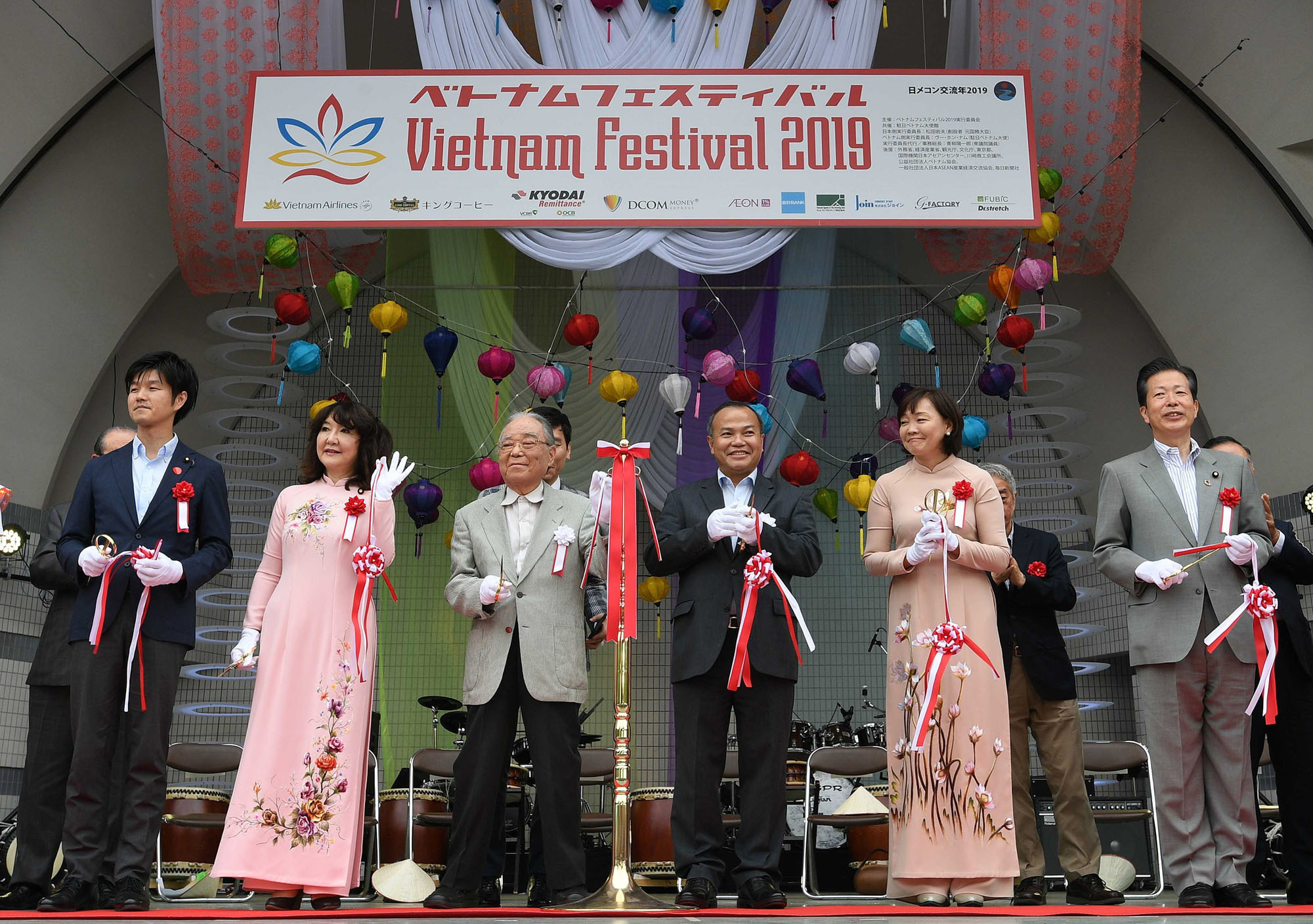 The two co-chairmen on the Vietnam Festival 2019 executive committee, Vietnamese Ambassador Vu Hong Nam (third from right) and Former State Minister and founder of Vietnam Festival Iwao Matsuda (third from left), pose with (from left) Parliamentary Vice-Minister for Foreign Affairs Norikazu Suzuki; Satsuki Katayama, minister for regional revitalization and women's empowerment; Prime Minister Shinzo Abe's wife, Akie; and Komeito leader Natsuo Yamaguchi during the ribbon-cutting ceremony for Vietnam Festival 2019 at Yoyogi Park on June 8. | YOSHIAKI MIURA