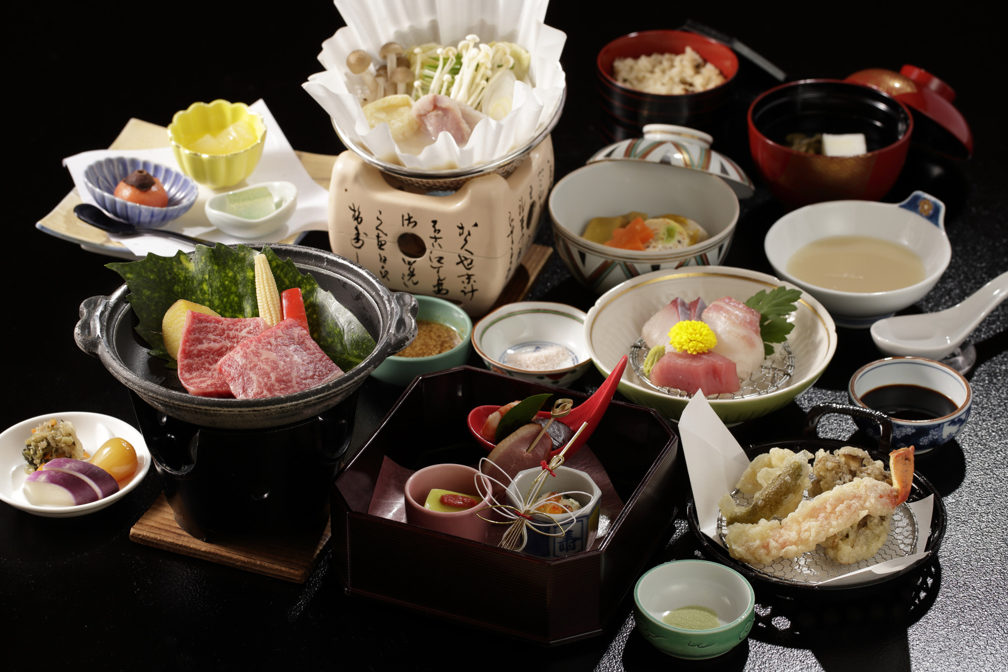 Enjoy a sumptuous kaiseki (traditional multicourse cuisine) feast that incorporates seasonal ingredients from both the mountains and sea.