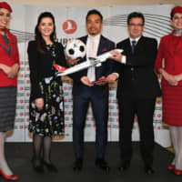 To commemorate the 30th anniversary of flights to Japan, professional soccer player Yuto Nagatomo (middle) of Turkish club Galatasaray was named a brand ambassador of Turkish Airlines. The airline also redesigned its crew uniforms to celebrate 85 years since its founding. | YOSHIAKI MIURA