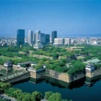 A bird's-eye view of the city of Osaka, with Osaka Castle in the background. | © OSAKA CONVENTION