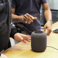 Apple Inc. will launch its HomePod smart speakers in Japan this summer at a retail price of ¥32,800, according to its website. | KYODO