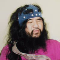 Aum Shinrikyo cult guru Shoko Asahara, whose real name was Chizuo Matsumoto, wears headgear in this photo taken right after he was arrested at Kamikuishiki, Yamanashi Prefecture, in May 1995. Saturday marked the first anniversary of his execution. His ashes are being kept at the Tokyo Detention Center due to a dispute among family members.   KYODO